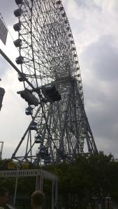 Ferris Wheel, kelihatan 2 kepala bule yang bareng sejak dari stasiun