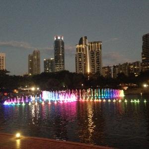 water fountain di sisi belakang KLCC, tidak bisa dibandingkan dengan dancing fountainnya Grand Indonesia, kalah jauh lah