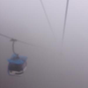 suasana berkabut menjelang sampai di puncak bukit
